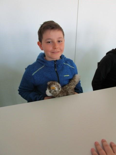 Yannik zeigt die richtige Sitzposition am Tisch. So geht nichts daneben und man macht einen guten Eindruck. Merke: Vorne eine Katze quer, abstand zum Tisch und im Rücken. Eine Maus im Rücken, abstand zur Rückenlehne des Stuhls.